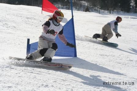 Боротьба на трасі паралельного слалома між двома сноубордистками з Тернополя - Дмитрів Оксаною та Перчик Уляною