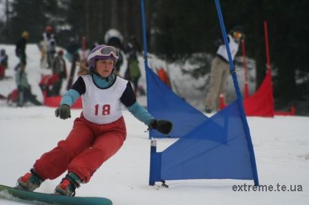 Сноубордистка Мисько Ірина на трасі паралельного слалома на Чемпіонаті серед юніорів