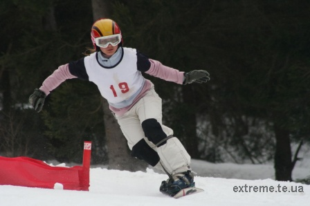 Сноубордистка Дмитрів Оксана на трасі паралельного слалома