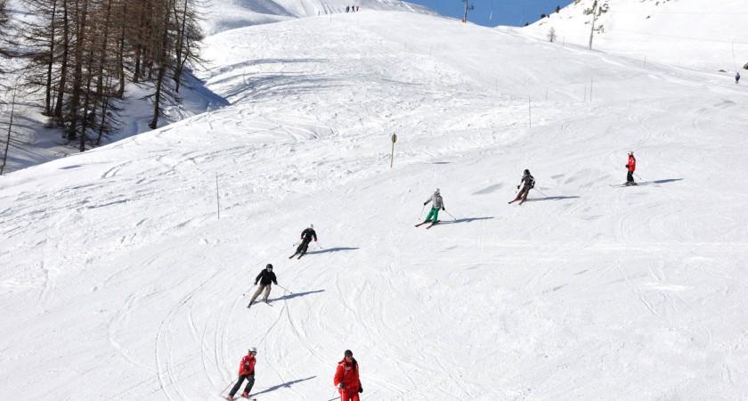 Як навчити дитину спускатись правильними дугами на лижах?