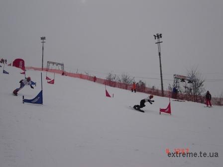 На трасі паралельного слалома сноубордистки Тимош Світлана (Тернопіль) та Чундак Анна-Марі (Ужгород)