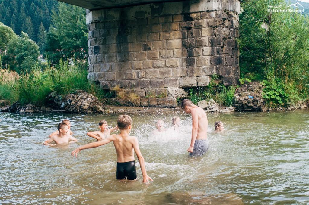 річка-хлопці