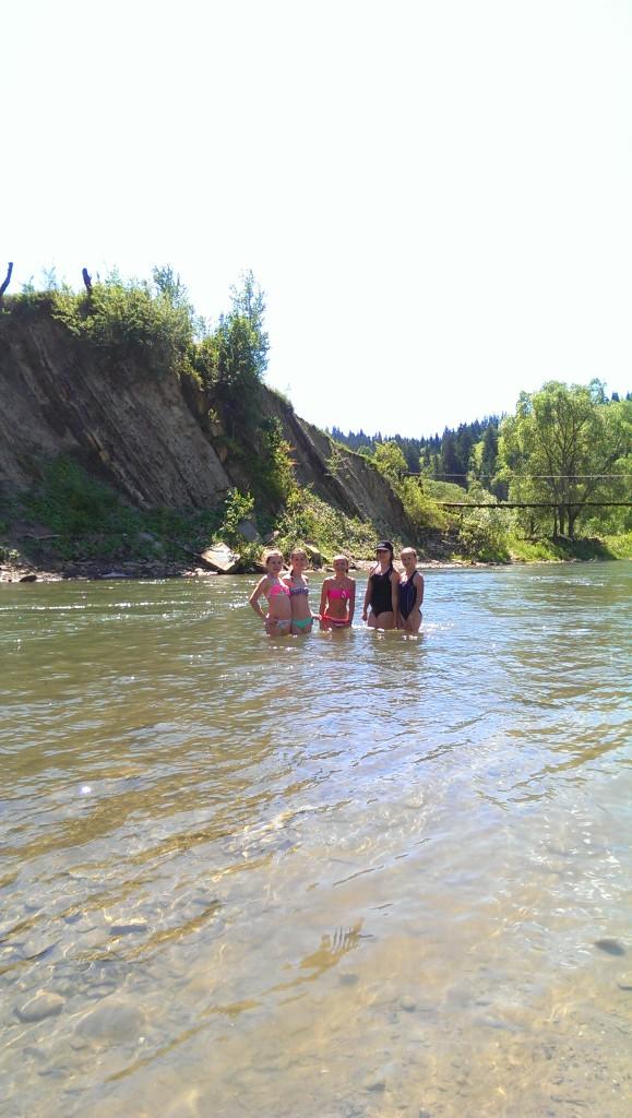 річка в верховині