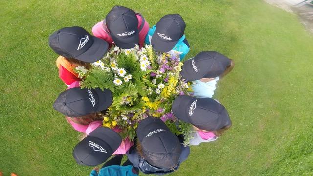 дівчата з квітами