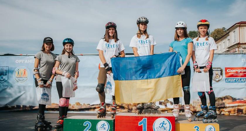 Виступ спортсменів школи на роликових ковзанах та скейтах           до Дня спорту.